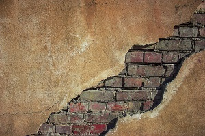 Трещина в стене панельного дома